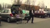 Cigáň chce okradnúť dôchodcu, komplic čaká v aute