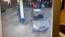 Žena hľadá nádrž na aute