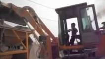 5-ročný chlapec obsluhuje nakladač ako profík